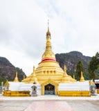 Pagoda dorata, punto di riferimento a Tai Ta Ya Monastery, tempio buddista in Payathonsu, stato di Kayin, Myanmar Escursione di u fotografia stock libera da diritti