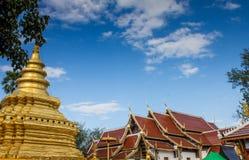 Pagoda dorata in tempio buddista in ChiangMai, Tailandia fotografie stock libere da diritti