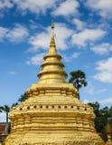Pagoda dorata in tempio buddista in ChiangMai, Tailandia immagini stock libere da diritti