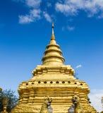Pagoda dorata in tempio buddista in ChiangMai, Tailandia immagine stock