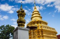 Pagoda dorata in tempio buddista in ChiangMai, Tailandia fotografia stock libera da diritti