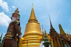 Pagoda dourado do templo de Wat Phra Kaew fotografia de stock royalty free