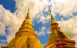 Pagoda e cielo blu dorati Immagine Stock Libera da Diritti