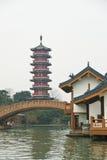 Pagoda e costruzione antiche accanto a Li River, Guilin, Cina Fotografia Stock