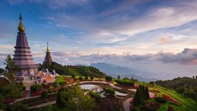 Pagoda e foschia sul parco nazionale di Doi Inthanon a Chiang Mai, Tailandia video d archivio