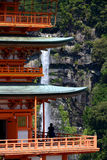 Pagoda e Nachi Falls di Sanjudo nel Giappone Fotografia Stock