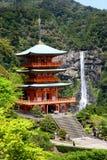 Pagoda e Nachi Falls di Sanjudo nel Giappone Immagine Stock