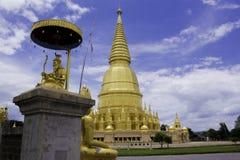 Pagoda e statua dorate di Buddha Immagini Stock