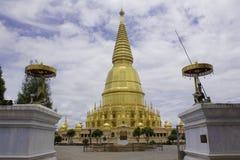 Pagoda e statua dorate di Buddha Immagine Stock