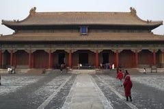 Pagoda en bois avec le dessus de toit carrel? dans Cit? interdite en hiver photographie stock libre de droits