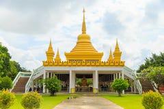 Pagoda en el top del tejado en templo budista con las nubes y el cielo azul Foto de archivo