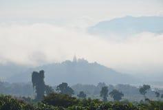 Pagoda encima de la cubierta de la montaña por la niebla y nublado Foto de archivo libre de regalías