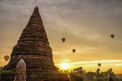 Pagoda et ballon au lever de soleil en Bagan Myanmar photos stock