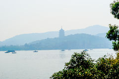 Pagoda et bateau image stock