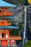 Pagoda et cascade japonaises image libre de droits