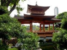 Pagoda et jardin de bonsaïs dans le Chi Lin Nunnery en Hong Kong photos stock