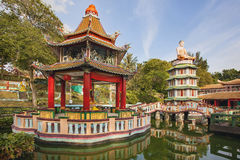 Pagoda et pavillon chinois par le lac Image stock