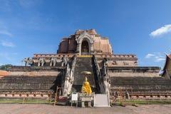 Pagoda et statue de Bouddha au temple de Wat Chedi Luang en Chiang Mai Photographie stock libre de droits