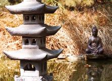 Pagoda et statue en pierre de Bouddha Photos libres de droits