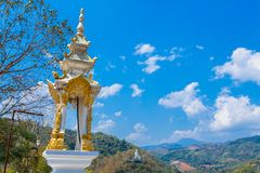 pagoda et statues de Bouddha en Wat Prathat Doi Wao photo stock