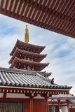 Pagoda et temple bouddhiste traditionnellement incurvé de Sensoji de dessus de toit Image libre de droits
