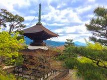Pagoda giapponese sulla montagna nel tempio con il cielo in pieno del fondo delle nuvole fotografie stock libere da diritti