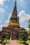 Pagoda i Buddha status przy Watem Yai Chaimongkol obraz royalty free