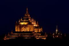 Pagoda illuminata di Gawdawpalin a penombra in Bagan, Myanmar fotografie stock