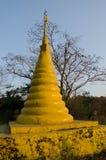 Pagoda jaune sur la colline Images stock