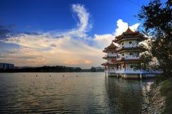 Pagoda jumelle par le lac Image stock
