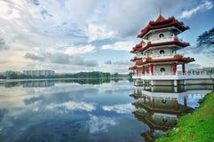 Pagoda jumelle par le lac photo libre de droits