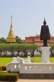 Pagoda luminosa Wat Phra That Chang Kham dell'erba e dell'oro del giacimento del cielo, Fotografia Stock Libera da Diritti