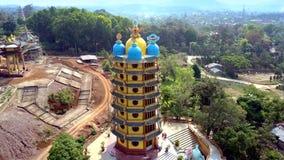 Pagoda multistorey di vista superiore con le cupole sul cantiere stock footage