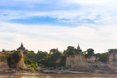 Pagoda na banku Irrawaddy rzeka, Mandalay, Myanmar, Birma Wycieczka turysyczna od Mandalay Bagan Odbitkowa przestrzeń dla teksta fotografia royalty free