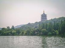 Pagoda na jeziorze w porcelanie zdjęcia royalty free