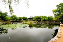Pagoda orientale de style au milieu d'un lac Image libre de droits