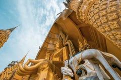 Pagoda ottagonale e grande statua dorata di Buddha al tempio della caverna di Wat Tham SuaTiger, distretto di Tha Muang, Kanchana fotografia stock