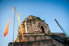 Pagoda parzialmente distrutta antica Wat Chedi Luang del mattone in Chiang Mai, Tailandia del Nord contro cielo blu fotografia stock