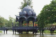 Pagoda & ponte sopra il lago, Ayutthaya, Tailandia Fotografia Stock