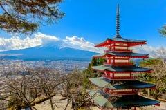 Pagoda rouge de Chureito pendant l'hiver et le Mt fuji Photographie stock libre de droits