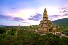 Pagoda santa de las reliquias en Wat Phra Thart Pha Kaew Ésa es señal del templo en Khao Kho, Phetchabun Tailandia fotos de archivo
