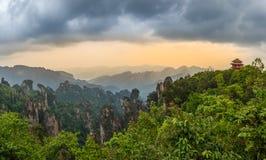 Pagoda sul panorama di tramonto della collina con le montagne rocciose nella b Fotografia Stock Libera da Diritti