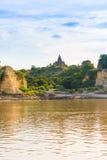 Pagoda sulla banca del fiume di Irrawaddy, Mandalay, Myanmar, Birmania Giro da Mandalay a Bagan Copi lo spazio per testo vertical immagini stock libere da diritti