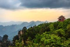 Pagoda sulla collina con le montagne nei precedenti e nella foresta i Immagini Stock Libere da Diritti