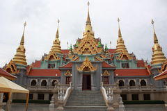 Pagoda sur la côte au milieu de la Thaïlande. Photographie stock libre de droits