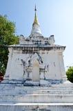 Pagoda tailandesa del estilo de Lanna con el cielo azul Foto de archivo libre de regalías