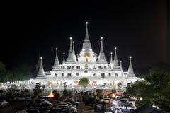 Pagoda tailandesa en la noche fotografía de archivo