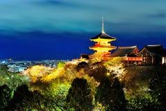 Pagoda in tempio di Kiyomizu alla notte Immagini Stock