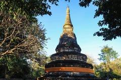 Pagoda tirada ascendente cercana de Wat Umong en CHIANG MAI, Tailandia foto de archivo
