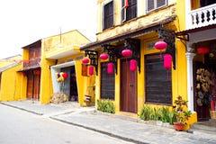 Pagoda tradicional en la calle de la ciudad vieja de Hoi An, Vietnam fotografía de archivo